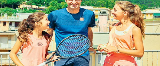 Federer pays  surprise visit to rooftop tennis girls