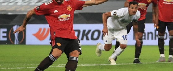 Fernandes penalty sends United into semis