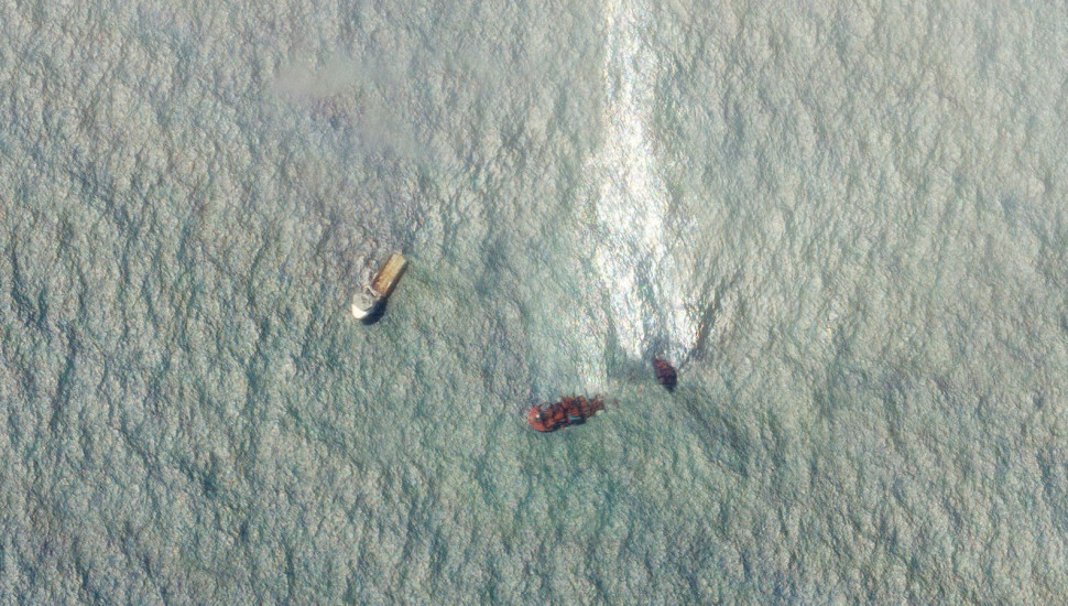 MV X-Press Pearl: Large oil spill visible in satellite images